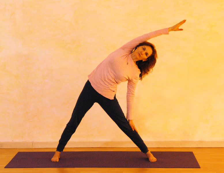 Dreieck Endstellung: die Dehnung der Flanke setzt sich über den Arm fort, der andere Arm wird seitlich am Bein abgelegt, stützt aber nicht.