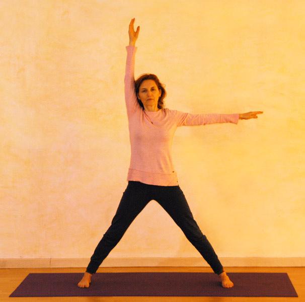 Dreieck Ausgangsposition: Die Arme bilden einen rechten Winkel, entspanne dabei die Schultern.
