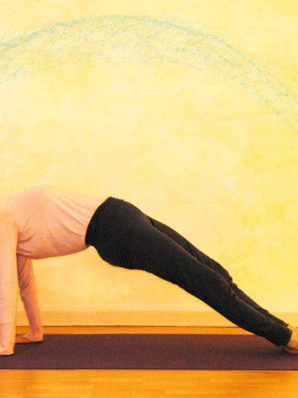 Yogaübung Schiefe Ebene: das Loslassen