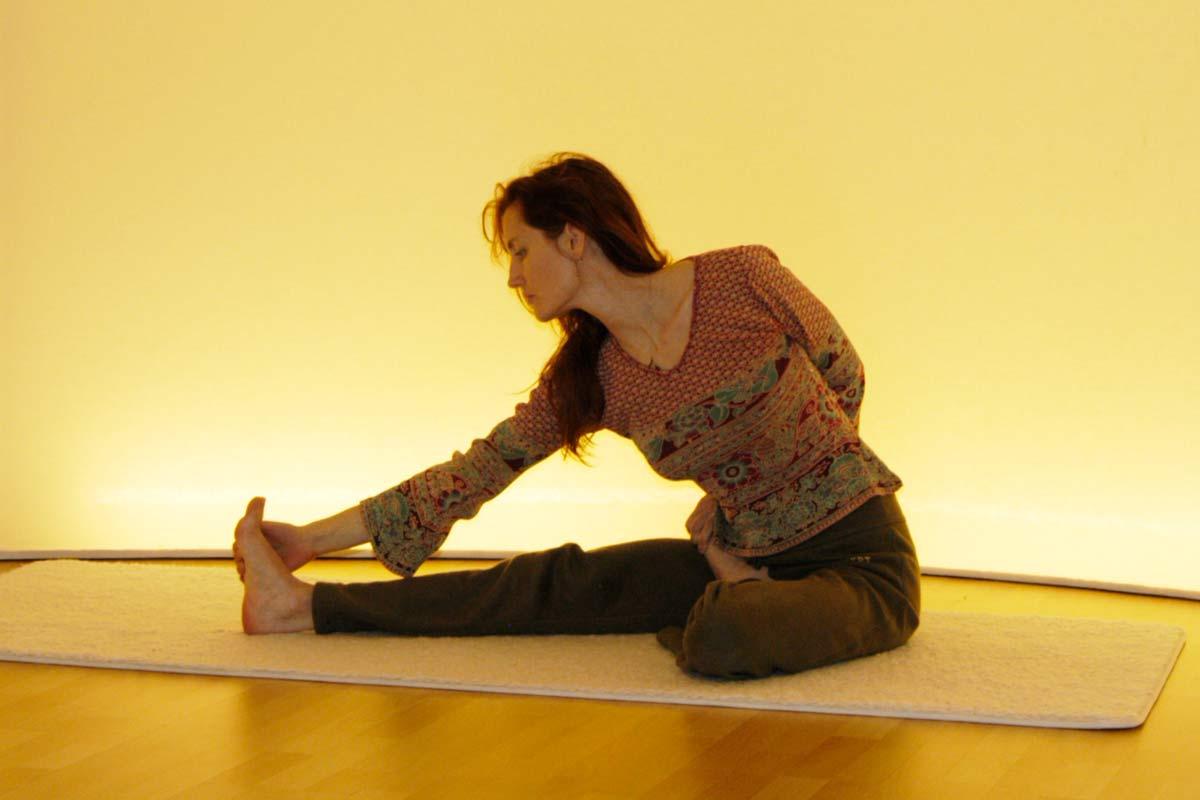 Yogaübung des Vorwärtsbeugens in der Ausgangsposition