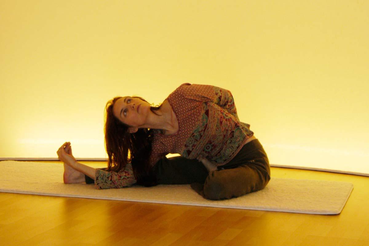 Yogaübung des Vorwärtsbeugens, Endphase der drehung