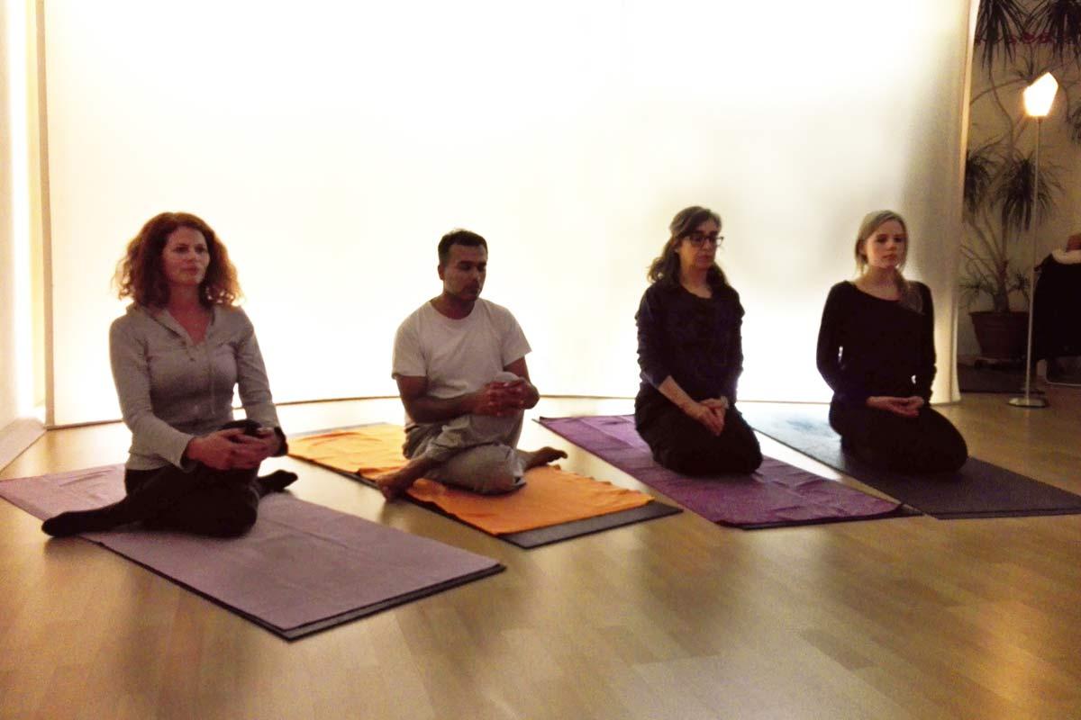 Die Basis für Gomukhasana bildet der Sitz mit übereinander geschlagenen Beinen oder der einfachere Fersensitz. Die Aufrichtung erfolgt vom unteren Rücken.