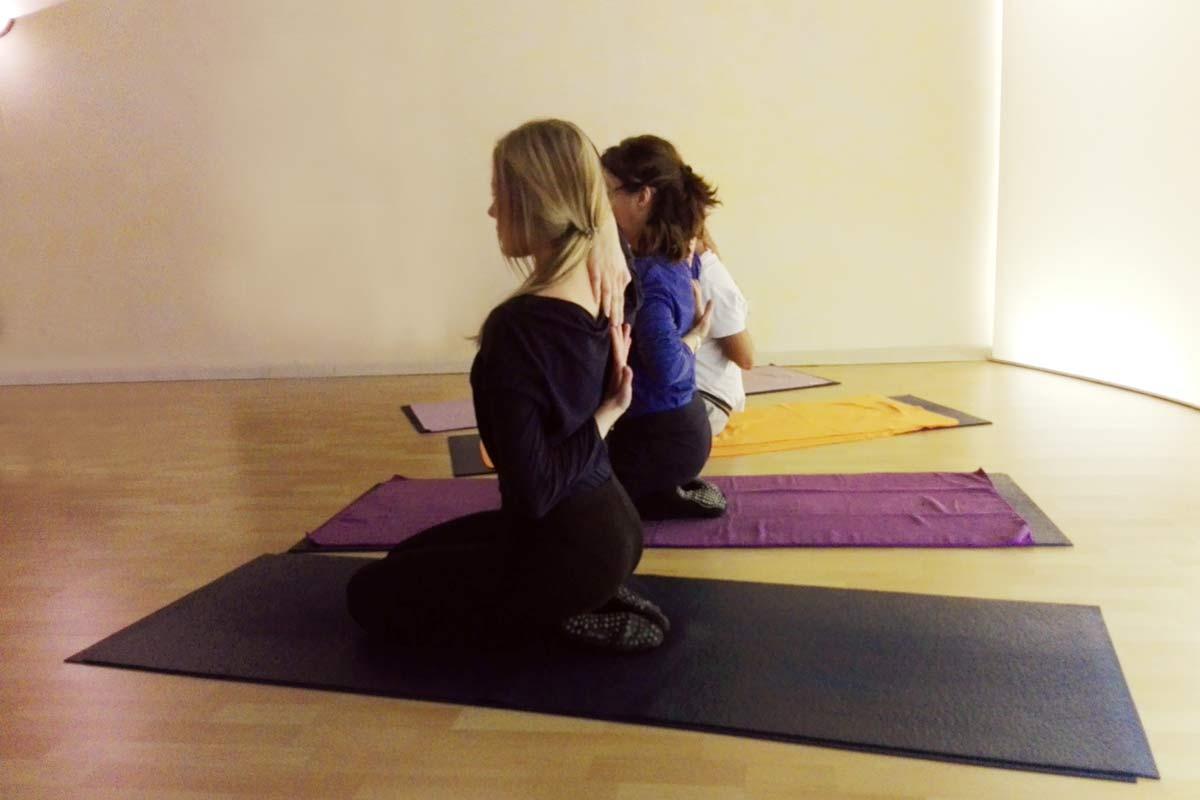 Yogaübung Gomukhasana Handstellung