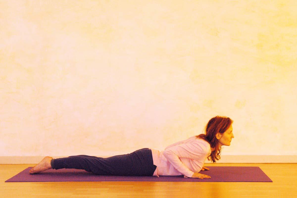 Yogaübung Kobra, erste Phase