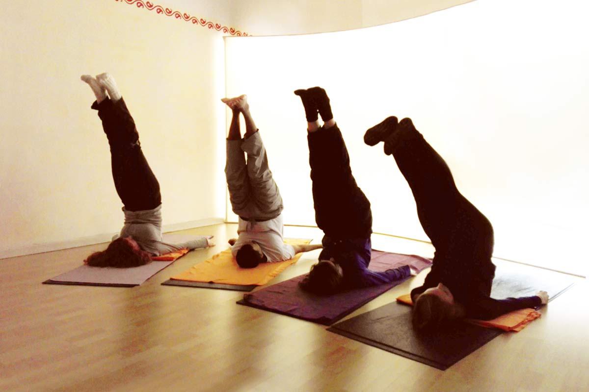 Im Yogaunterricht bauen wir den Schulterstand langsam auf. Man benötigt Geduld, bis sich der Atem beruhigt und die körperliche Bedrängnis zurückweicht.