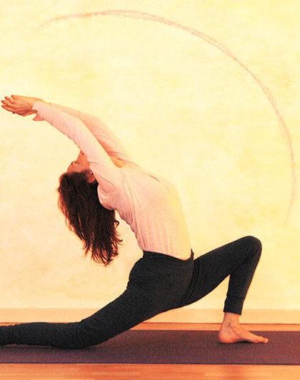 Yogaübung Halbmond im Verhältnis zum Raum